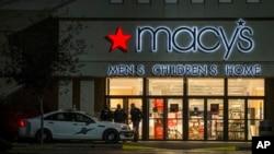 Polisi mengamankan lokasi terjadinya penembakan di Macy's Department Store, Burlington, di negara bagian Washington, Jumat malam (23/9).