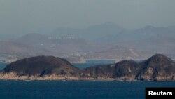 한국 연평도에서 바라본 북한 강녕군. 북한은 여러 섬에 해안포 진지 등 군사시설을 구축했다.