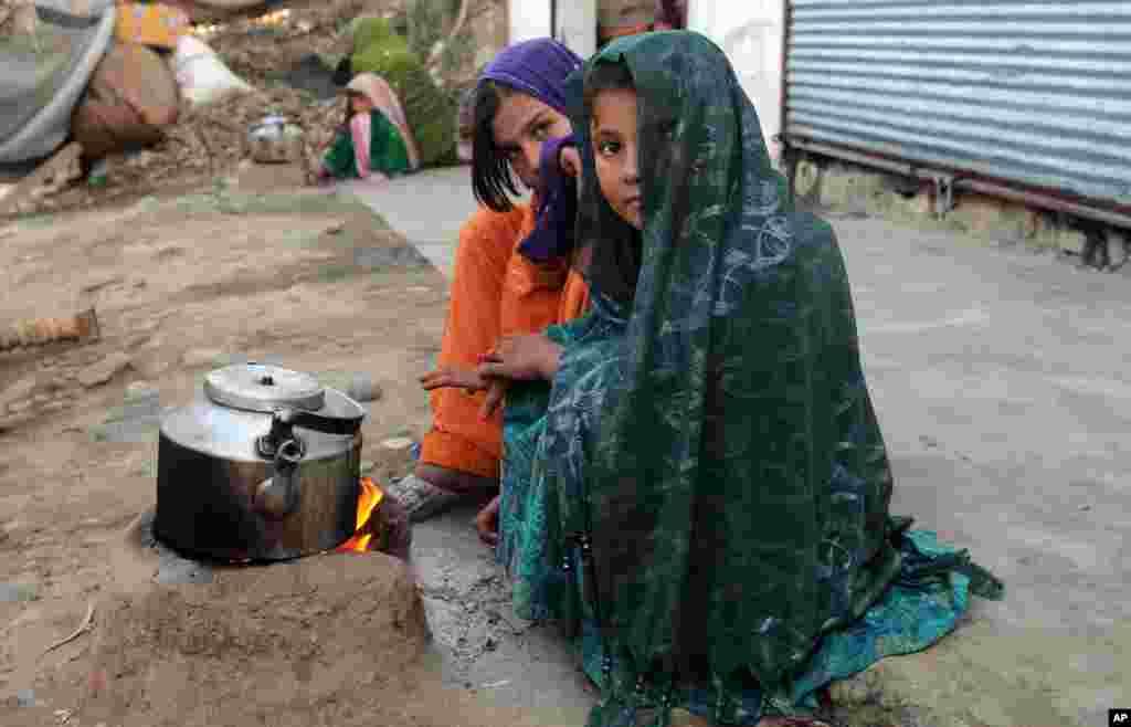 Gabdho ka mid ah barakacaaysha gudaha dalka Afghanistan oo isku diirinaya jalmad dab saaran.