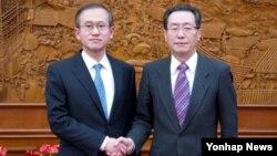 4일 베이징 중국 외교부 청사에서 만난 한·중 6자회담 수석대표 임성남 외교통상부 한반도평화교섭본부장(왼쪽)과 우다웨이 한반도사무특별대표.