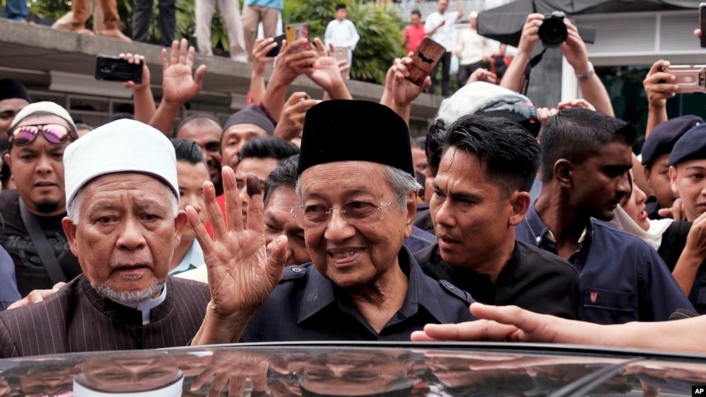 馬來西亞當選總理馬哈蒂爾2018年5月11日離開吉隆坡的一所清真寺時向人群揮手