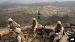 Binh sĩ Ả Rập Xê Út đóng tại một vị trí chiến lược cao ở phía nam tỉnh Saudi Jizan, gần biên giới với Yemen.