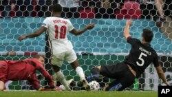 لحظۀ به ثمر رسیدن نخستین گول تیم انگلستان در برابر آلمان توسط رحیم استرلینگ