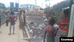 ဒုကၡသည္စခန္းတြင္း မီးေလာင္ၿပီးေနာက္ ၾကည့္႐ႈေနသည့္ ႐ုိဟင္ဂ်ာဒုကၡသည္မ်ား။ (ေမ ၁၇၊ ၂၀၂၀။ ဓာတ္ပုံ - U Isalm (U Aye Lwin) Rohingya Refugees)