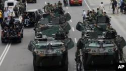 2016年1月14日印尼军人乘装甲车在14日发生爆炸的地点附近巡逻。