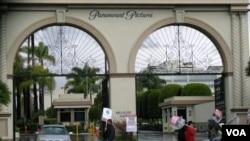 洛杉矶的派拉蒙片厂正门(美国之音国符拍摄)