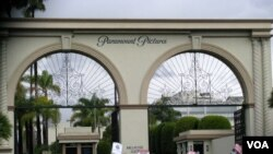 洛杉矶的派拉蒙片厂正门(美国之音国符拍摄)。 派拉蒙电影公司是好莱坞六大制片厂之一