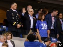 마이크 팬스 미국 대통령 부부가 8일 인디애나폴리스에서 열린 프로미식축구 경기장을 찾았다.