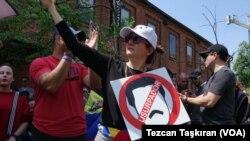 Para pendukung pemimpin oposisi Guaido melakukan protes di depan Kedutaan Venezuela di Washington, DC.