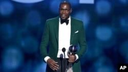Kevin Durant acepta el premio al mejor deportista masculino.