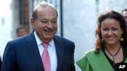 Tỷ phú Carlos Slim (trái) 73 tuổi