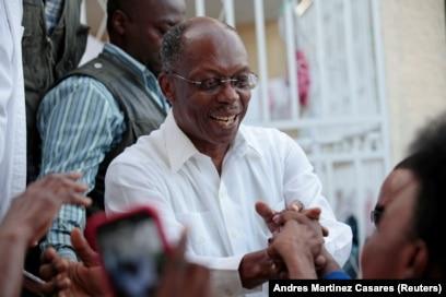 L'ancien président haïtien Jean-Bertrand Aristide salue ses partisans lors d'un rassemblement du parti Fanmi Lavalas au Village de la Renaissance, dans la banlieue de Port-au-Prince, en Haïti, le 6 novembre 2016.