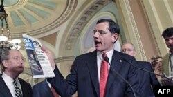 Thượng nghị sĩ John Barrasso trích dẫn một bài viết trên báo USA Today về giá xăng dầu khi nói chuyện với phóng viên tại Trụ sở Quốc hội, Washington, 17/5/2011