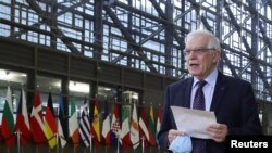 តំណាងជាន់ខ្ពស់សហភាពអឺរ៉ុបទទួលបន្ទុកកិច្ចការបរទេស និងគោលនយោបាយសន្ដិសុខ លោក Josep Borrell ថ្លែងទៅកាន់អ្នកសារព័ត៌មាន ពេលលោកអញ្ជើញចូលរួមក្នុងកិច្ចប្រជុំរដ្ឋមន្ត្រីការបរទេសអឺរ៉ុប នៅទីក្រុងប៊្រុចសែល ប្រទេសប៊ែលហ្សិក ថ្ងៃទី២២ ខែកុម្ភៈ ឆ្នាំ២០២១។