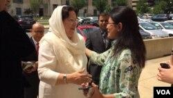 Ghazala Khan, mère du capitaine Humayun Khan, accueillie par des membres du service urdu de VOA, Washington, D.C., le 1er août 2016. (Photo: Kate Pound Dawson / VOA)