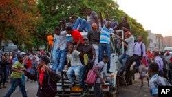 津巴布韦人在首都哈拉雷的议会大厦外听到穆加贝辞职的消息后欢呼雀跃。(2017年11月21日)