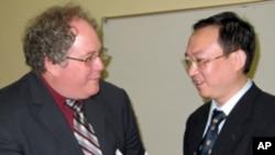 余杰和南加大美中学院副院长杜克雷( 左)