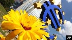 Patung Euro di Bank Sentral Eropa, Frankfurt, Jerman. (Foto: Dok)