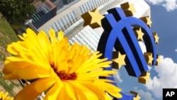 Patung Euro di Bank Sentral Eropa, Frankfurt, Jerman (Foto: dok). Kantor statistik Uni Eropa, Eurostat, mengatakan produk domestik bruto atau PDB kolektif ke-17 negara Uni Eropa yang menggunakan mata uang euro tumbuh 0,3 persen dalam periode tiga bulan yang berakhir pada bulan Juni.