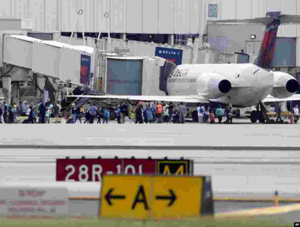 Las autoridades del aeropuesto pidieron a los pasajeros que se comuniquen con sus respectivas líneas aéreas para mantenerse informados sobre la reanudación de vuelos.