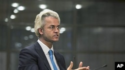 Geert Wilders gestures during an interview with The Associated Press in The Hague, Netherlands, 15 Jul 2010 (file photo)
