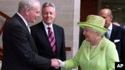 Мартин Мак-Гинесс (слева) и королева Великобритании Елизавета II. Белфаст, Северная Ирландия. 27 июня 2012 г.