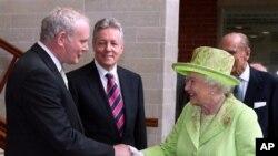Kraljica Elizabeta se rukuje sa bivšim liderom IRA-e Martinom MekGinisom