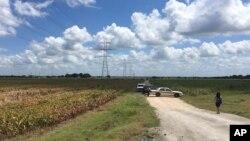 Xe cảnh sát chặn con đường dẫn tới hiện trường vụ rơi khinh khí cầu ở Texas hôm 30/7.