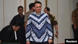 Gubernur DKI Jakarta, Basuki Tjahaja Purnama alias Ahok tiba di pengadilan untuk mendengarkan keputusan hakim atas kasus penistaan agama di Jakarta, Selasa (9/5).