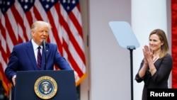 美国总统特朗普26日在白宫提名联邦上诉法院法官巴雷特(右)出任联邦最高法院大法官。