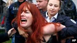 Arrestation d'une féministe Femen lors d'un meeting électoral de Marine Le Pen à Henin-Beaumont, France, 7 mai 2017.