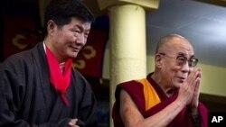 藏人行政中央政治领导人洛桑森格(左)与达赖喇嘛8月8日在印度达兰萨拉