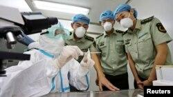 Petugas kesehatan China memberikan pengarahan soal gejala Ebola kepada polisi di bandara Qingdao, provinsi Shandong (foto: dok).