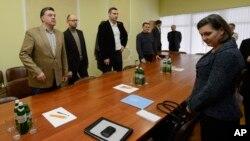 U.S. Assistant Secretary of State Victoria Nuland (R) takes her seat prior to meeting with Ukrainian opposition leaders, (from L) Oleh Tyahnybok, Arseniy Yatsenyuk, and Vitaliy Klitschko in Kyiv Dec. 10, 2013.
