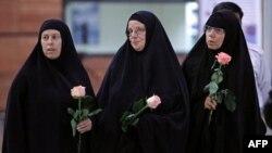 Geçen yıl çocuklarını görmek için Tahran'a giden ve yetkilileri memnun etmek amacıyla çarşaf giyen Cindy Hickey, Nora Shourd ve Laura Fattal