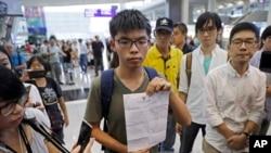 Aktivis demokrasi Hong Kong, Joshua Wong menunjukkan surat penolakan memasuki Thailand dari Dinas Imigrasi Thailand, setiba di bandara Hong Kong, Rabu (5/10).