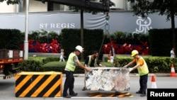 工人在新加坡瑞吉酒店外设置路障(路透社2018年6月9日)