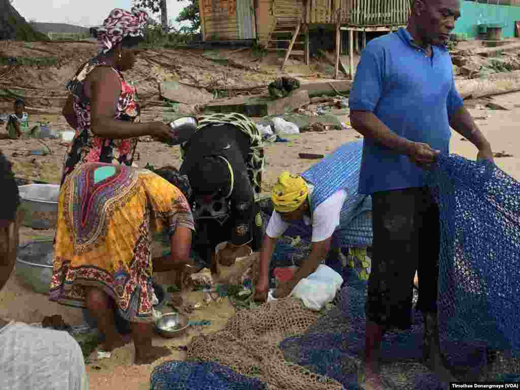 La pêche artisanale à Libreville, au Gabon, le 30 janvier 2017. (VOA/Timothee Donangmaye)