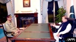 بذریعہ ویڈیو خطاب کے دوران تین بار وزیراعظم رہنے والے نواز شریف نے آرمی چیف جنرل قمر جاوید باجوہ پر اپنی حکومت کو رخصت کرنے اور وزیراعظم عمران خان کی حکومت کو بر سر اقتدار لانے کے لیے جوڑ توڑ کرنے کے الزامات عائد کیے۔ (فائل فوٹو)