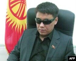 """Qirg'iziston parlamentida Inson huquqlari, gender masalalari va nogironlar manfaati bo'yicha qo'mita raisi Dastan Bekeshev, """"Ar-Namys"""" partiyasi vakili"""