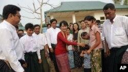 Lãnh tụ dân chủ Miến Điện Aung San Suu Kyi được chào đón bởi những ủng hộ viên khi bà tới thăm một địa điểm bầu cử ở ngoại ô Yangon, ngày 1/4/2012