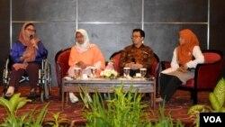 Alissa Wahid, Koordinator Gusdurian, kiri, berbicara dalam Memorial Lecture memperingati haul ke-9 Gus Dur ( foto VOA/Munarsih Sahana).