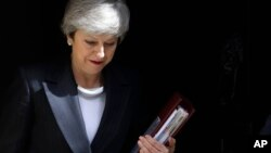 Perdana Menteri Inggris Theresa May meninggalkan kantornya, 10 Downing Street untuk menghadiri pertemuan mingguan di Parlement, Rabu, 22 Mei 2019.
