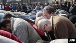 Nhà hoạt động thân dân chủ người Ai Cập Mohamed ElBaradei (áo nâu bên phải) trong buổi cầu nguyện hôm thứ Sáu, ngày 28 tháng 1, 2011 tại Cairo, Ai Cập.