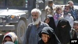 지난 3일 이라크 모술 서부 주민들이 정부군과 ISIL의 교전일 피해 마을을 떠나고 있다.