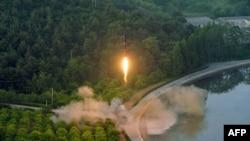 Foto yang dirilis kantor berita Korea Utara (KCNA) menunjukkan uji coba misil balistik terakhir Korut dari lokasi yang dirahasiakan (30/5).