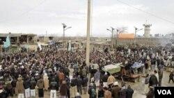 Lebih dari 2.000 demonstran yang marah meneriakkan slogan-slogan anti Amerika, di luar pangkalan udara Bagram (21/2).