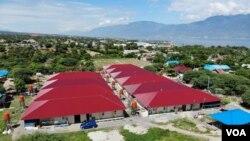 Kompleks Huntara Duta Indah (atap berwarna merah) di Kelurahan Layana Indah dengan latar belakang teluk Palu, Kamis, 4 Juli 2019. (Foto: Yoanes Litha/VOA)