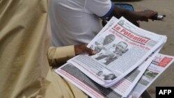 Un vendeur tient des journaux sur une rue de N'Djamena, 12 avril 2016.