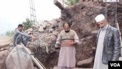 لائن آف کنڑول کے قریب واقع قصبے چکوٹھی میں مقامی لوگ گولہ باری سے بچنے کے لیے پختہ بنکر بنا رہے ہیں۔